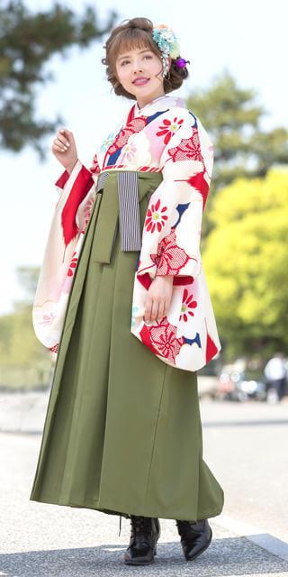 着物:クリーム赤青矢絣に白梅 / 袴:抹茶ひも縞