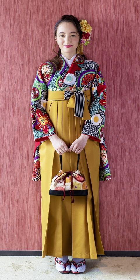 着物:赤に雲絞りに花鏡 / 袴:キンチャひも縞