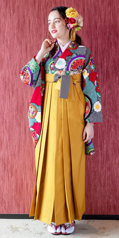 レトロなレンタル袴を着た女性。