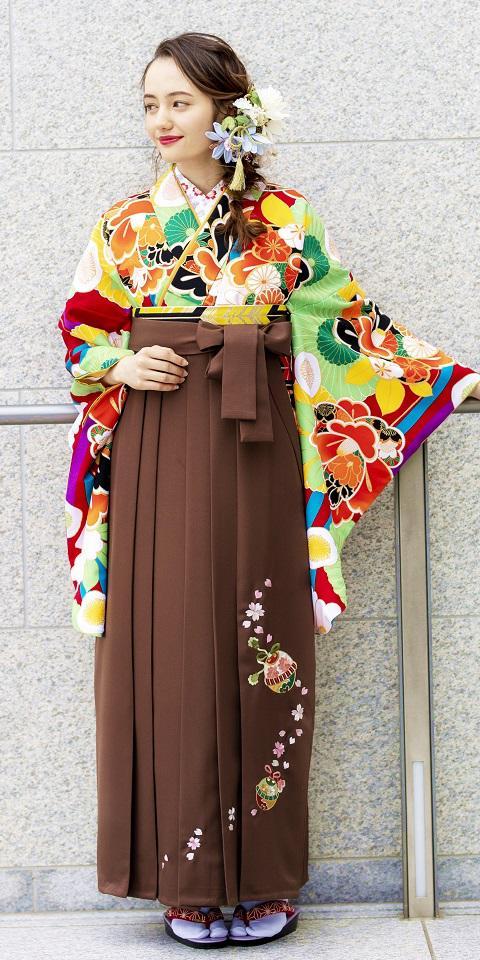着物:赤に菊椿 / 袴:チャイロ鈴桜