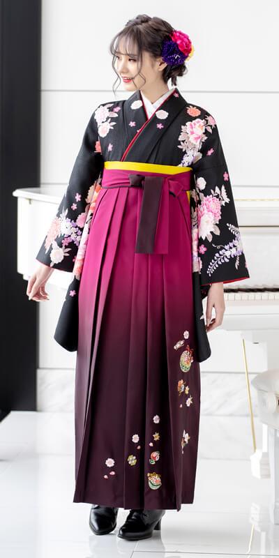 古典な柄のレンタル袴を着た女性。